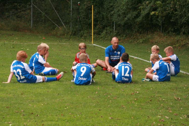 Zur Abwechslung mal ruhig und konzentriert – die Jungs lauschen gebannt den Anweisungen ihres Trainers