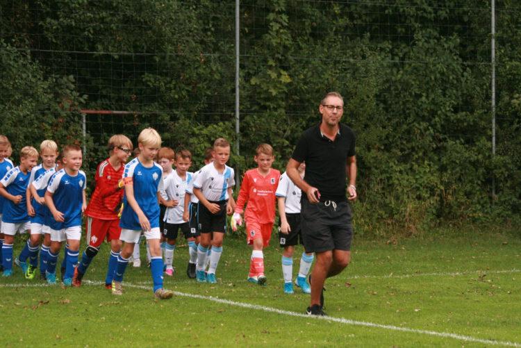 Spielereinlauf wie bei den Profis – Michael Schrodi nimmt seine Rolle als Schiedsrichter ernst
