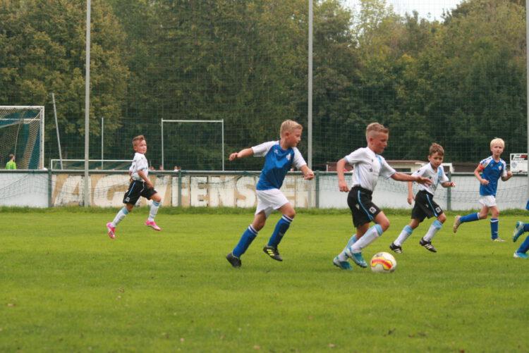 """Vorsicht Jungs, gleich wird's gefährlich! – Maxim ist am Ball, dicht gefolgt von Emil, unserer """"Nr.8"""""""